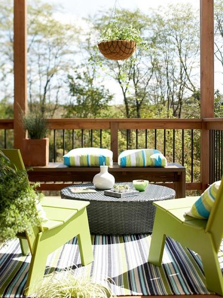 Những chiếc gối làm điểm nhấn, khăn trải bàn hay một cặp ô để bổ sung màu sắc cho khu vườn