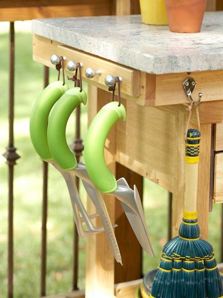 Đặt kệ trên một bức tường hoặc lan can, hoặc tìm những nơi dễ dàng để treo móc giữ công cụ