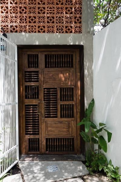 Cửa chính hoàn toàn bằng gỗ mang âm hưởng những ngôi nhà xưa, gợi nhớ một thời vàng son hoài cổ.