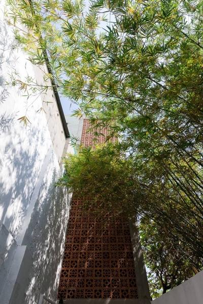 Mặt tiền của ngôi nhà được sử dụng hoàn toàn bằng gạch hoa thông gió, nhìn chắc chắn nhưng vẫn đảm bảo được độ lấy sáng tự nhiên cho căn nhà, và các chi tiết gạch hoa cũng khiến cho phần mặt tiền trở nên duyên dáng hơn.