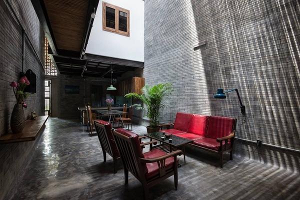 Phòng khách thoáng đãng với cách lấy sáng từ thiên nhiên và trần nhà cao thông với gian bếp khiến không gian trông rộng rãi hơn.