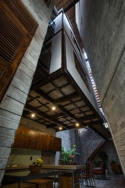 Cấu trúc lệch tầng giảm bớt bê tông - cốt thép, thay thế bằng các vật liệu nhẹ hơn khiến nhà thoáng hơn.