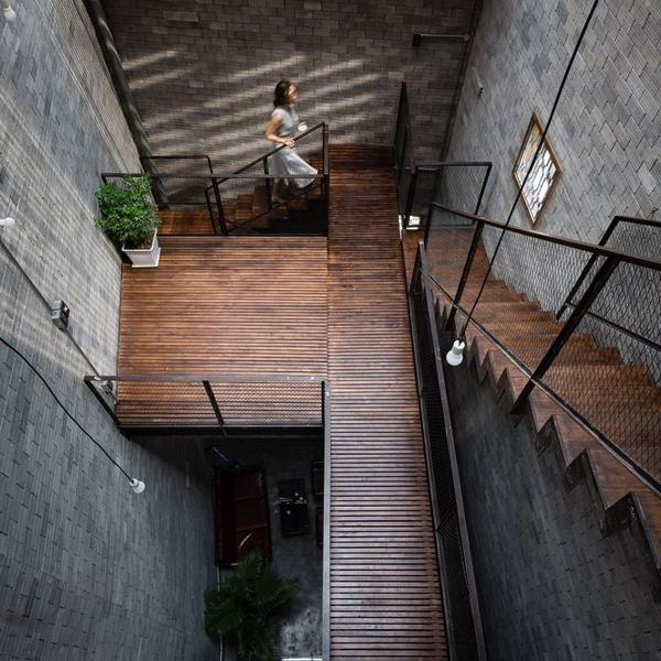 """""""Ngôi nhà thi công bằng phương pháp lắp ráp, chỉ xây tường bao xung quanh. Vật liệu sử dụng mộc mạc, tự nhiên: gạch không nung để trần, gỗ chỉ quét dầu bảo vệ, cemboard không sơn, sắt giữ nguyên màu kim loại,..."""