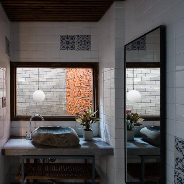 Nhà tắm đơn giản nhưng ấn tượng với các điểm nhấn như đèn, bồn rửa mặt nguyên khối, khiến người ta cảm nhận hơi thở của thiên nhiên.