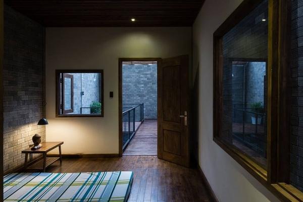 Phòng ngủ tối giản thông ra khoảng không đầy ánh sáng tự nhiên.