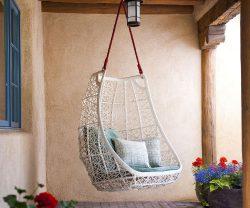Nếu bạn đủ sở hữu một mái hiên rộng thì việc tạo ra một chiếc ghế xích đu thế này là quá dễ dàng. Hoa cỏ và vật liệu mây tre là hai trong những yếu tố cần thiết để tô điểm không gian.