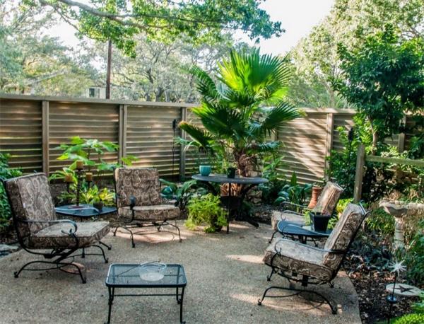 Sân vườn được bao xung quanh bằng một hàng rào gỗ